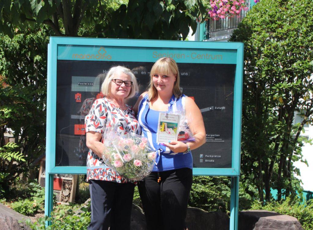 Heimleiterin Frau Spitzlei gratuliert Alwina Streker zum Abschluss als Betriebswirtin